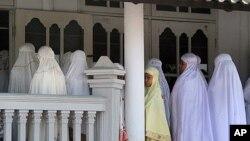Anggota jemaah Ahmadiyah shalat di salah satu masjid mereka di Kuningan, Jawa Barat. (Foto: Dok)