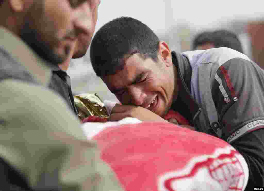 این مرد عراقی در موصل در کنار جسد کودکی که در حمله داعش کشته شده گریه می کند.