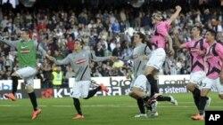 Para pemain Juventus merayakan kemenangan mereka di akhir babak pertandingan sepakbola Seri A melawan Cesena di stadion Manuzzi-Cesena, Italia (25/4).
