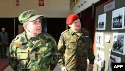 Načelnik Generalštaba Vojske Srbije general-potpukovnik Miloje Miletić i komandant Kfora general-major Erhard Biler posle susreta u Nišu, 18. novembar 2010.