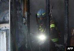 Vatrogasci pokušavaju da ugase vatru u bolnici prekrivenoj teškim dimom u Mirjangu, Južna Koreja, 26. januara 2018.