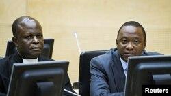 ຮອງນາຍົກລັດຖະມົນຕີເຄັນຢາ ທ່ານ Uhuru Kenyatta (ຂວາ) ແລະສະມາຊິກຄົນນຶ່ງຂອງສະພາຕໍ່ສູ້ຄະດີ ໃຫ້ແກ່ຈຳເລີຍ ກຳລັງຮັບຟັງຄຳໃຫ້ການຢູ່ສານອາຍານາໆຊາດ ທີ່ນະຄອນ Hague (21 ກັນຍາ 2011)