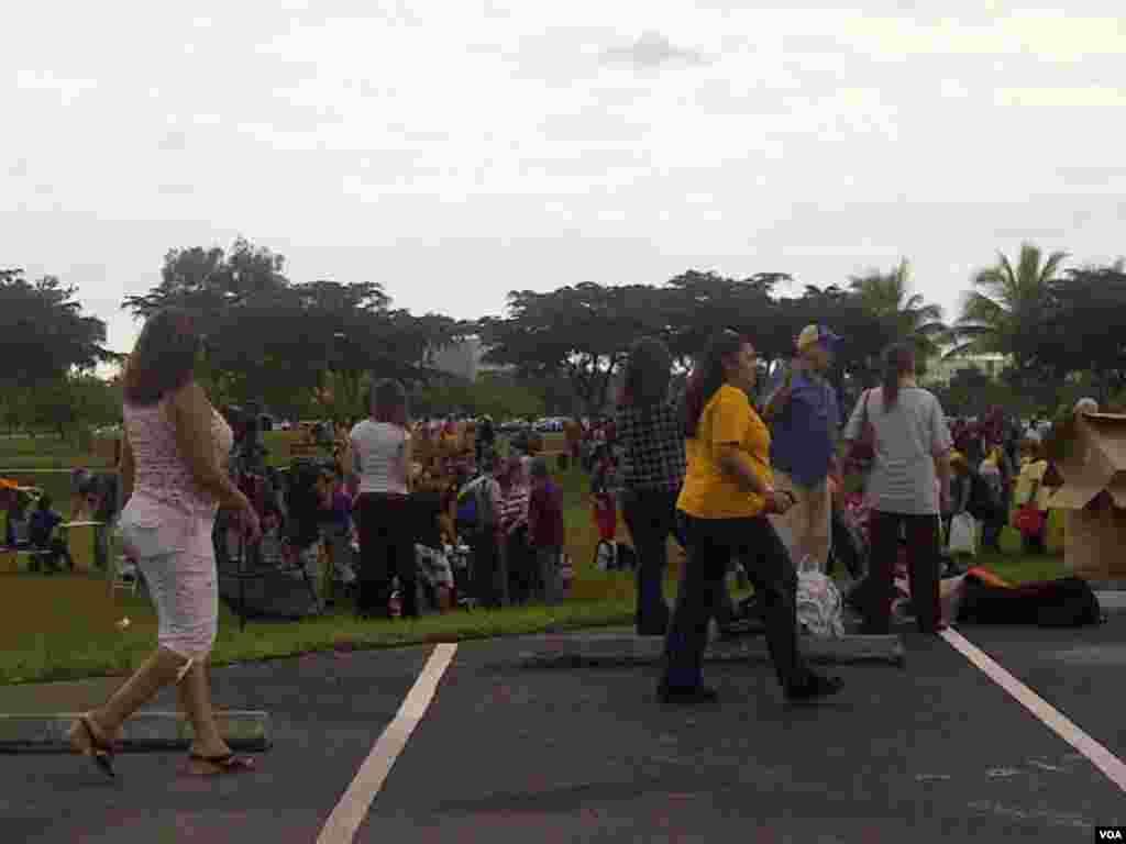 Muchos venezolanos llegaron con pequeños equipajes para abordar los autobuses que los trasladaría desde Miami hasta Nueva Orleans. [Foto:Alejandro Marcano, VOA]