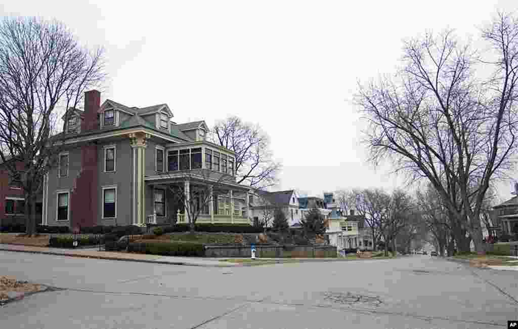 画面左前方的小楼是当地居民莎拉•兰迪的家。2月15日下午,17位当年接待过习近平的马斯卡廷居民将与他在此重聚。