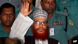 Polisi Bangladesh mengawal Delwar Hossain Sayeedi, pemimpin partai Islam terbesar Bangladesh Jamaat-e-Islami, seusai sidang di pengadilan kota Dhaka, Bangladesh (Foto: dok).