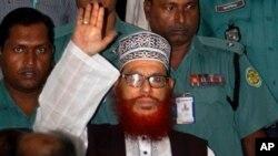 Polisi Bangladesh mengawal Delwar Hossain Sayedee, saat hendak mengikuti sidang terkait kejahatan perang di Dhaka, Bangladesh (Foto: dok). Pengadilan Dhaka menjatuhkan hukuman mati atas pemimpin oposisi Islamis senior di Bangladesh ini (28/2).