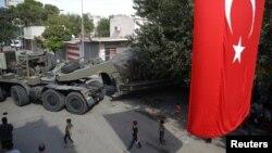14일 터키 접경 마을 악카칼레에서 터키군 차량이 이동하고 있다.