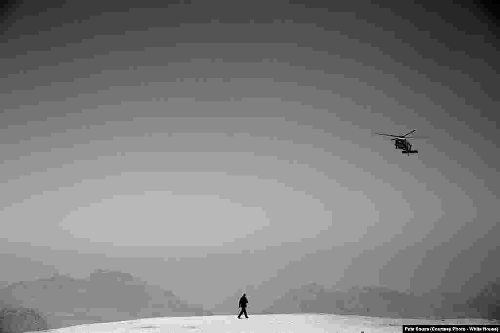 Le président américain attend son hélicoptère à Petra, en Jordanie, le 23 mars 2013.