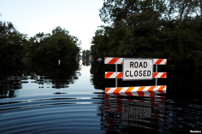 La carretera estatal 76 está bloqueada por las inundaciones tras el huracán Florence en Fair Bluff, Carolina del Norte, el martes, 18 de septiembre de 2018.