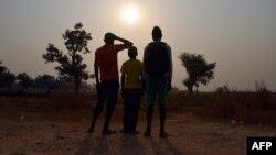 Trois enfants vivant dans le camp des déplacées à Mpoko, affirment avoir été victimes ou témoins d'abus sexuels sur des mineurs, 11 février 2016.