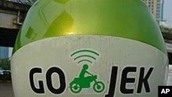 Go-Jek adalah layanan ojek ala Uber. Proyek wirastawan Nadiem Makarim ini menang dalam kompetisi yang diselenggarakan Departemen Luar Negeri Amerika dan menarik minat banyak investor.