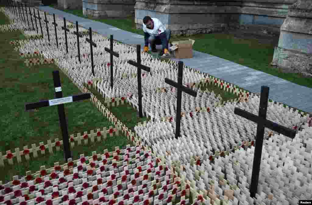 ផ្កាដើមអាភៀនត្រូវបានដាក់ពីលើឈើឆ្កាងនៅទីលានរំឮកវិញ្ញាណក្ខន្ធ Field of Remembrance នៅឯវិហារ St. Margaret's ក្នុងក្រុង Westminster ក្រុងឡុងដ៍។