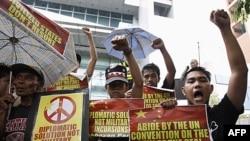 Người Philippines biểu tình trước lãnh sự quán Trung Quốc tại khu tài chính Makati ở Manila, ngày 8/6/2011. Trung Quốc, Việt Nam, Philippines, Đài Loan, Brunei và Malaysia tuyên bố chủ quyền toàn bộ hoặc từng phần đối với quần đảo Trường Sa