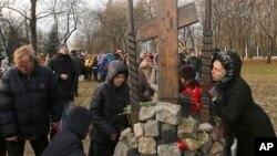 Жители Москвы возлагают цветы к мемориалу памяти жертв политических репрессий, 30 октября 2017 года