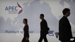러시아 블라디보스토크에서 개막한 APEC 정상회의가 개막한 가운데, 회의장으로 각 국 대표들.