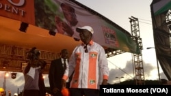 Le président sortant ivoirien, Alassane Ouattara, tient son dernier discours de campagne pour la présidentielle du 25 octobre 2015, vendredi 23 octobre à Abidjan, Côte d'Ivoire. (VOA/Tatiana Mossot).
