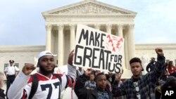 Estudiantes de secundaria protestan en las afueras del edificio de la Corte Suprema de Justicia en Washington.