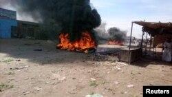Un feu est allumé dans la rue lors de manifestations contre la hausse des prix à Atbara, dans l'État du Nil au nord-est du Soudan, le 20 décembre 2018.