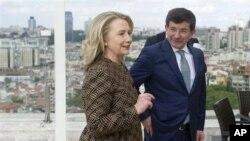 Secretária Clinton acompanhada pelo ministro dos Negócios Estrangeiros da Turquia