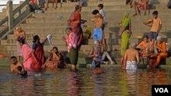 Ribuan umat Hindu berkumpul di sepanjang tepi sungai Gangga untuk berdoa kepada dewa matahari selama festival Chhath (foto: dok).