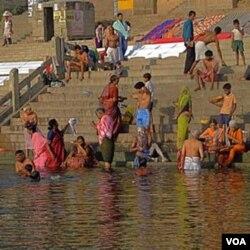 Warga India mandi di Sungai Gangga.