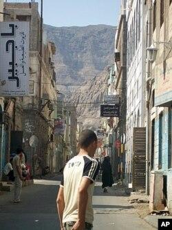 De nombreuses personnes à Aden, dans le Sud du Yémen, disent que le gouvernement néglige la région