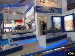 """去年8月莫斯科航展上的俄印""""博拉莫斯""""合资企业展台""""。(美国之音白桦 拍摄)"""