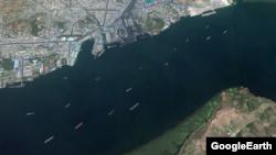남포항 인근을 찍은 위성사진. 컨테이너와 석탄 등을 실은 선박 여러 대가 항해를 하고 있다. 구글어스.