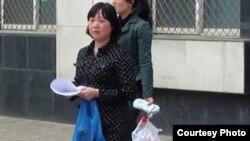 2012年4月14日成都独立候选人胡金琼走出拘留所(六四天网)