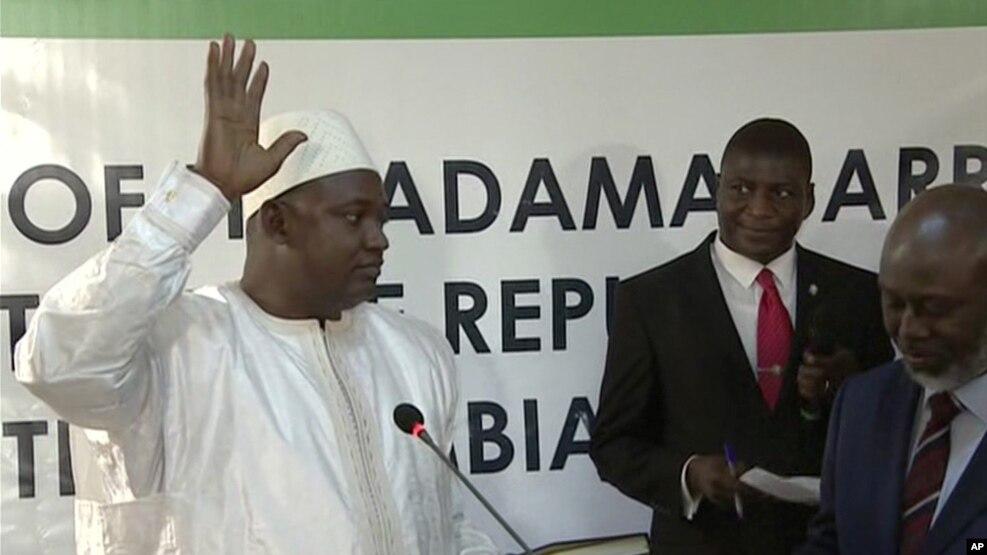 Adama Barrow prête serment comme président de la Gambie, à l'ambassade gambienne à Dakar, le 19 janvier 2017.