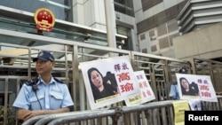 Polisi berjaga-jaga di depan Kantor Penghubung Beijing di Hong Kong. (Foto: Dok)