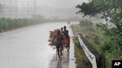 Villagers move to safer places amid gusty winds ahead of the landfall of cyclone Fani on the outskirts of Puri, in the Indian state of Odisha, May 3, 2019.