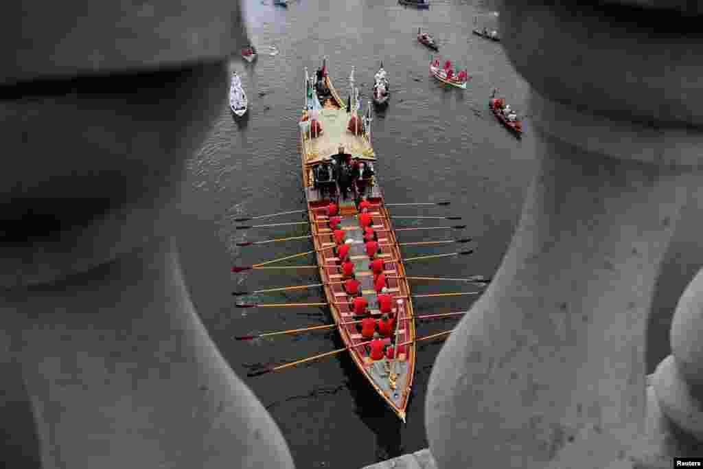 ទូករបស់រាជវង្សមួយឈ្មោះ Gloriana ត្រូវបានថតបាន នៅមុនពេលប្រណាំងទុកបុរស និងស្ត្រីប្រចាំឆ្នាំរវាងសាកលវិទ្យាល័យ Oxford និងសាកលវិទ្យាល័យ Cambridge នៅទន្លេ Thames នៅក្នុងក្រុងឡុងដ៍ កាលពីថ្ងៃទី២៤ ខែមីនា ឆ្នាំ២០១៨។