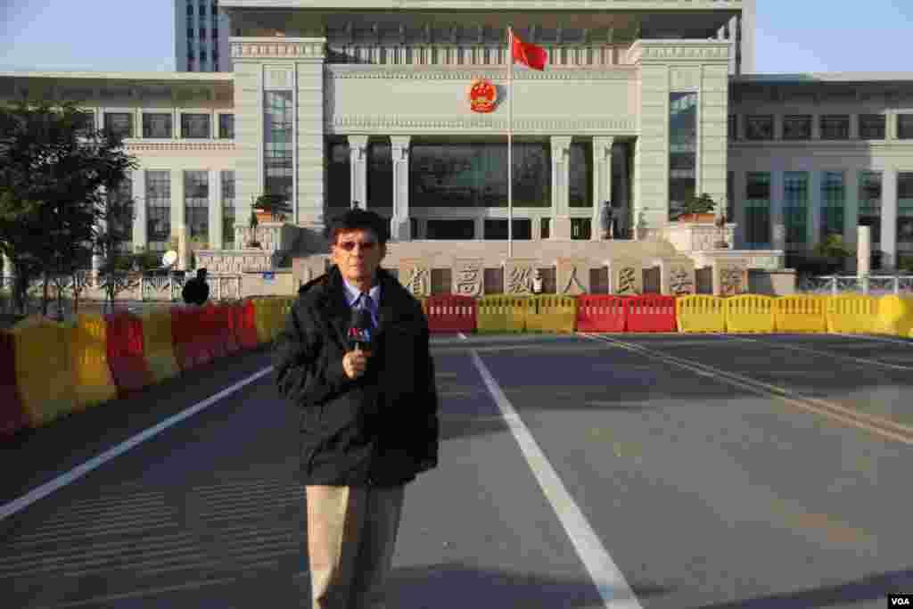 2013年10月24日美国之音驻华记者东方在山东高级法院门前