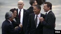 El presidente Barack Obama es recibido por el alcalde de San Francisco, Ed Lee, la Fiscal General de California, Kamala Harris y el vicegobernador de California, Gavin Newsom.