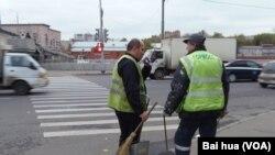 莫斯科的许多市政工人都来自独联体,特别是中亚地区。