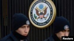 Des policiers turcs sont devant l'ambassade américaine à Ankara, le 1 février 2013.