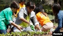 Michelle Obama invitó a un grupo de niños de distintas escuelas del área, además de a varios veteranos de guerra para que le ayudaran con la siembra.