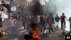 13일 예멘 사나 주재 미국 대사관 앞에서 시위를 벌이다, 진압 경찰이 발사한 공포탄에 흩어지는 시위대.