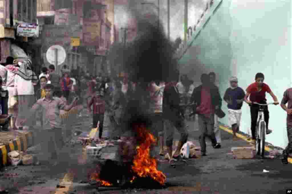 13일 예멘 사나 주재 미국 대사관 앞에서 시위를 벌이다, 진압 경찰이 발사한 공포탄에 흩어지는 시위대. 미국에서 제작된 무함마드 관련 영화에 항의하는 시위가 벌어졌다.