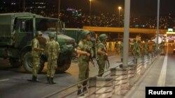 Militares turcos bloquean puente sobre el Bósforo.