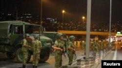 Militer Turki memblokir akses ke jembatan Bosphorus, yang menghubungkan sisi Eropa dan Asia, di Istanbul, Turki (15/7).