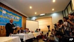 Ông Aung Thein thuộc Mạng lưới Luật sư Miến Điện tố cáo nhà chức trách Miến Điện đã buộc dân làng từ bỏ các quyền về đất đai của họ để nới rộng dự án khai thác mỏ đồng Letpedaung trong cuộc họp báo ngày 14/2/2013.