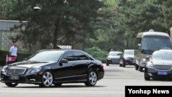 리수용 북한 노동당 중앙위원회 부위원장을 비롯한 북한대표단이 탄 차량이 1일 오후 베이징 댜오위타이 국빈관을 나서고 있다.
