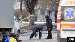 우크라이나 경찰이 22일, 동부 카리프 시에서 발생한 폭탄 테러 현장을 조사하고 있다.