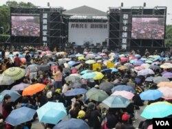 反對兩岸服貿協議的學生和民眾在總統府前集結(美國之音張永泰 拍攝)