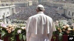 """La Pascua """"no es una fiesta con muchas flores"""", prosiguió el pontífice argentino señalando a los jacintos, tulipanes y narcisos, además de ramos de rosas, que decoraban las escaleras que llevan a la basílica."""