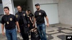 Polícia Federal brasileira vasculha casa de ex-ministro do Governo Lula da Silva - 1:49