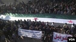 Para demonstran anti-pemerintah menuntut mundurnya Presiden Suriah Bashar al-Assad di Kafranbel pasca shalat Jumat (30/12).