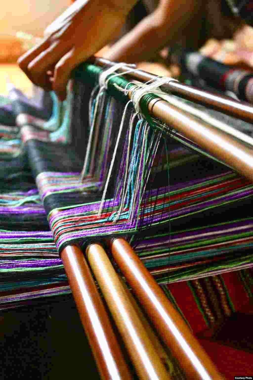 Hình ảnh cận cảnh của từng sợi vải mà những người phụ nữ A Lưới dệt, tạo thành một tấm vải thổ cẩm